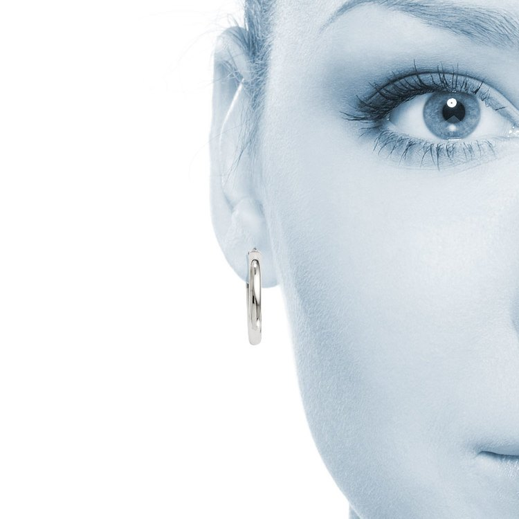 Classic Hoop Earrings in Silver (17 mm) | 04