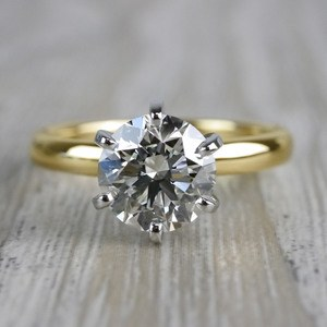 Luxurious Round Cut Diamond Solitaire Engagement Ring