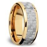 Beveled Silver Carbon Fiber Inlay Men's Wedding Ring in 14K Yellow Gold | Thumbnail 02